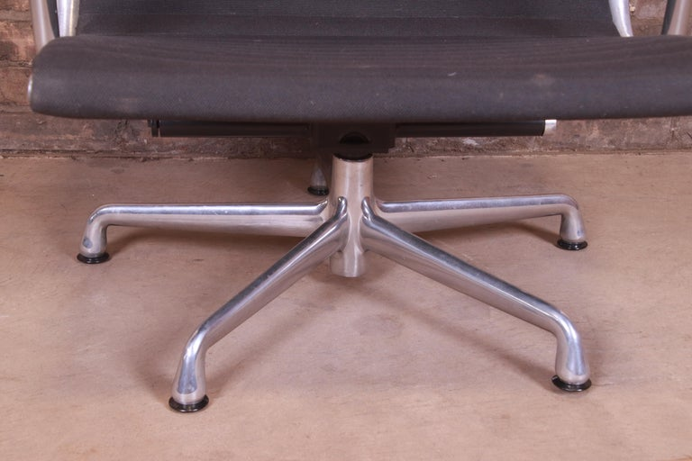 Eames for Herman Miller Aluminum Group Lounge Chair For Sale 5