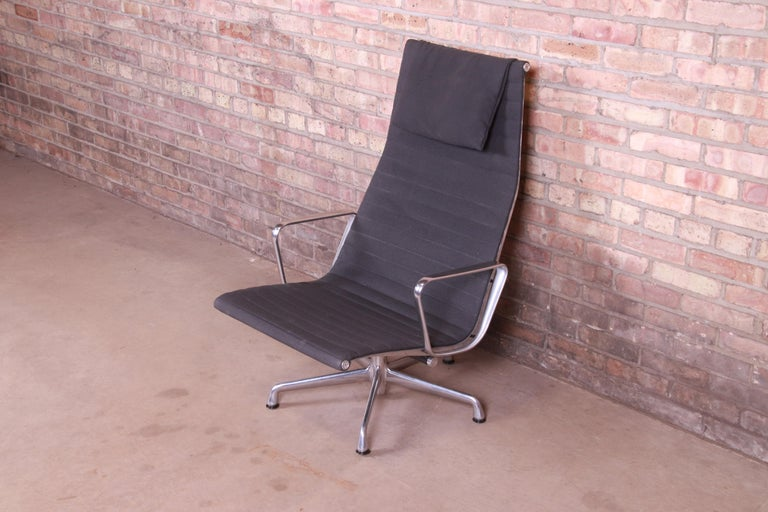 A sleek and stylish Mid-Century Modern lounge chair  By Charles and Ray Eames for Herman Miller