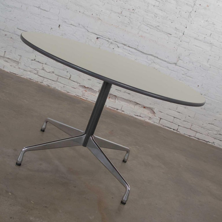 Mid-Century Modern Eames Herman Miller Universal Base Round Table Off-White Laminate Top For Sale