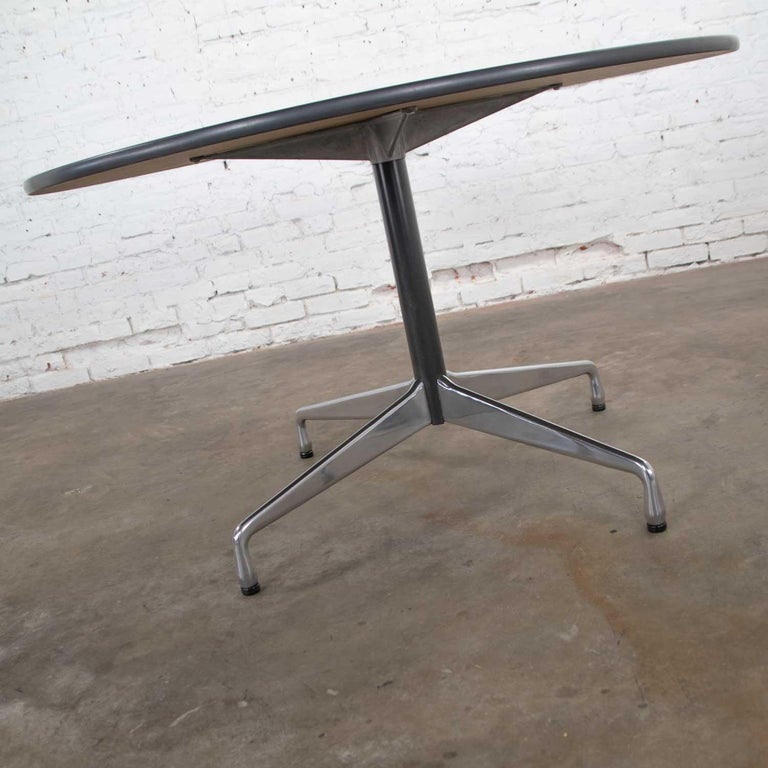 Eames Herman Miller Universal Base Round Table Off-White Laminate Top In Good Condition For Sale In Topeka, KS