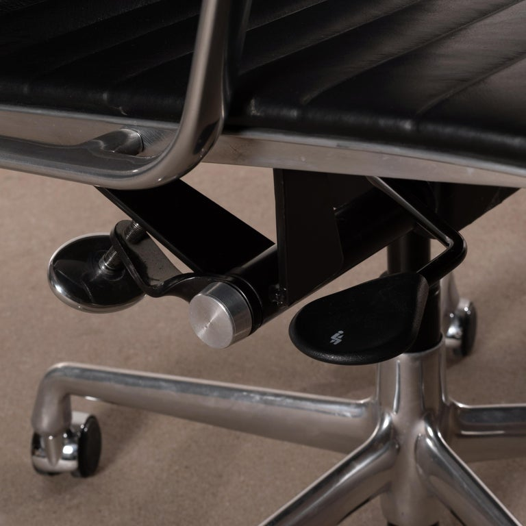 Eames Management Office Chair in Black Leather for Herman Miller For Sale 4