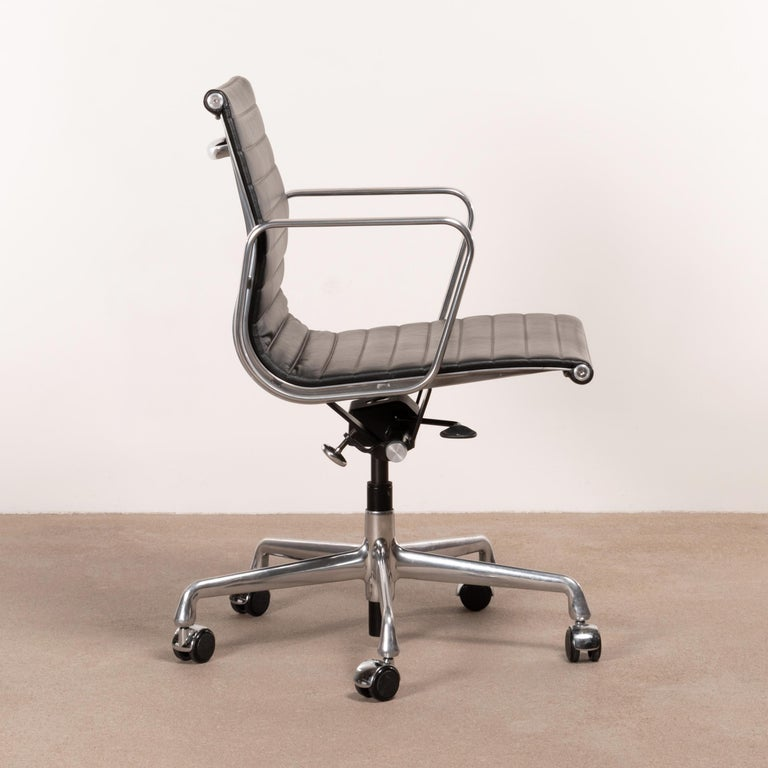 Mid-Century Modern Eames Management Office Chair in Black Leather for Herman Miller For Sale