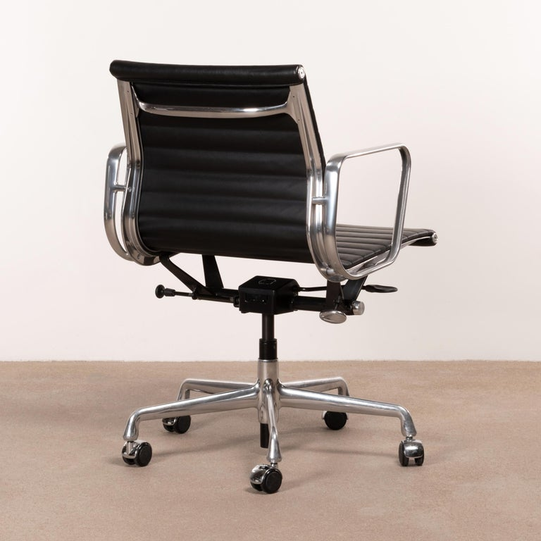 American Eames Management Office Chair in Black Leather for Herman Miller For Sale