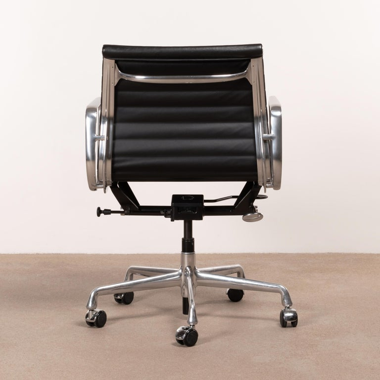 Eames Management Office Chair in Black Leather for Herman Miller In Good Condition For Sale In Amsterdam, NL