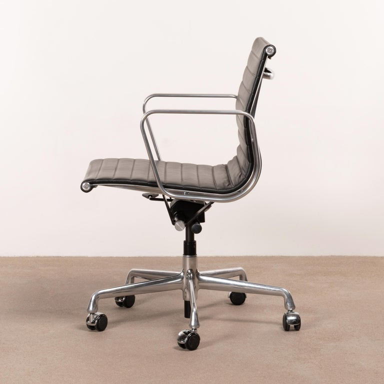 Aluminum Eames Management Office Chair in Black Leather for Herman Miller For Sale
