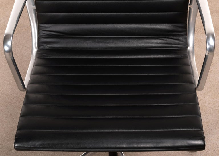 Eames Management Office Chair in Black Leather for Herman Miller For Sale 1
