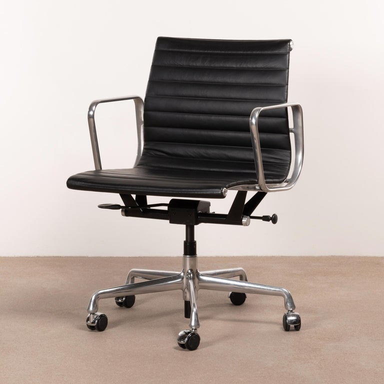Eames Management Office Chair in Black Leather for Herman Miller For Sale 2