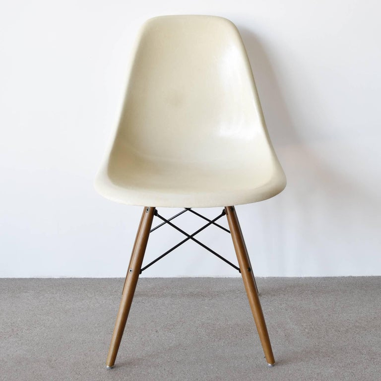Beautiful iconic DSW chair in the color: Parchment. Shell side chair is in good or very good condition with only slight traces of use. Replaced shock mounts which guarantee save usability for the next decades. New dowel base. Multiple chairs in