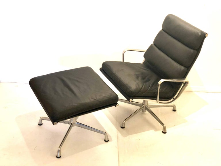 Nice very clean aluminum group chair and ottoman, design by Charles Eames for Herman Miller, very nice and clean condition, in black leather the ottoman, the chair swivel all around.