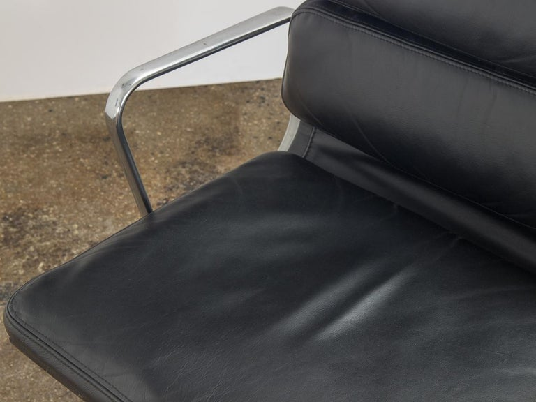 Eames Soft Pad Management Chair In Good Condition For Sale In Brooklyn, NY