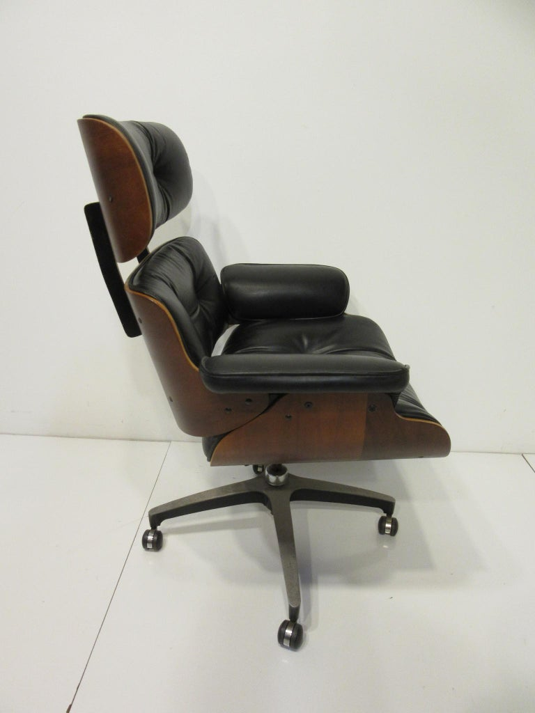Mid-Century Modern Eames Styled 670 Walnut / Leather Rolling Desk Lounge Chair by Selig For Sale