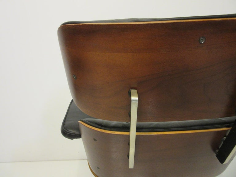Eames Styled 670 Walnut / Leather Rolling Desk Lounge Chair by Selig In Good Condition For Sale In Cincinnati, OH
