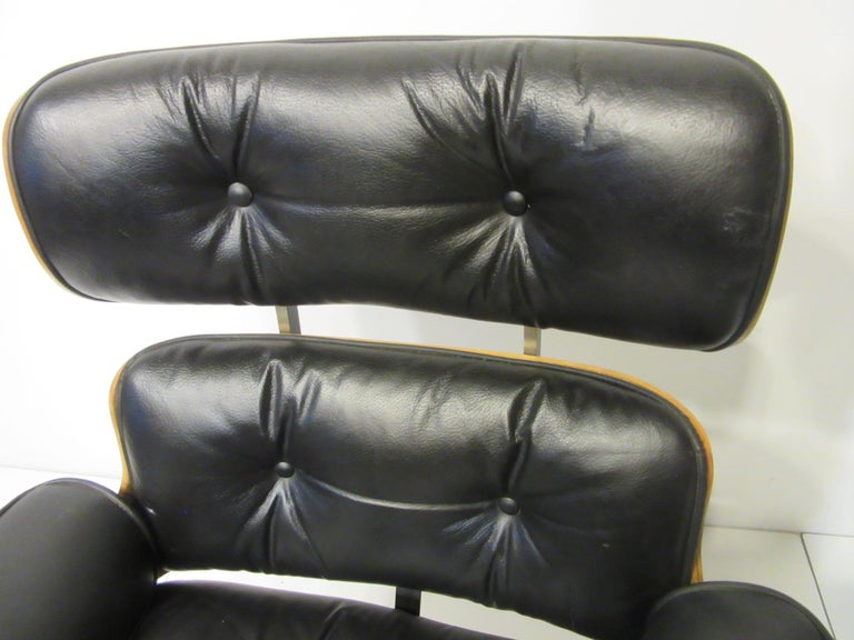 20th Century Eames Styled 670 Walnut / Leather Rolling Desk Lounge Chair by Selig For Sale