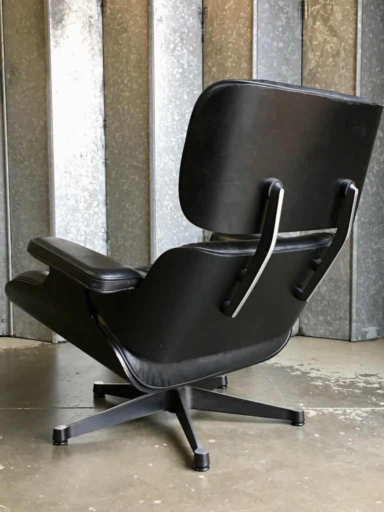 Eames Vitra 670 and 671 Black Nero Leather Lounger and Footstool in Black Ash In Fair Condition For Sale In London, GB