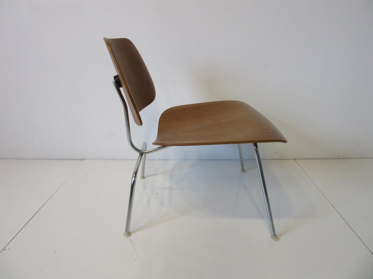 Eames Walnut LCM Lounge Chair with Chrome Frame for Herman Miller 'A' In Good Condition For Sale In Cincinnati, OH