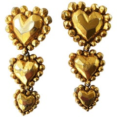 Ear clip in the shape of 3 hearts signed Ch. Lacroix Paris, 1980s gold plated