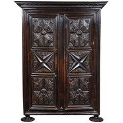 Frühes 18. Jahrhundert Französischer Louis XIII Stil Geschnitzter Schrank mit Zwei Türen