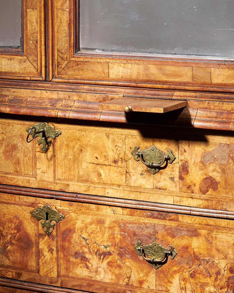 Early 18th Century George I Highly Figured Walnut Double Dome Bookcase on Chest In Good Condition For Sale In Buscot, Oxfordshire