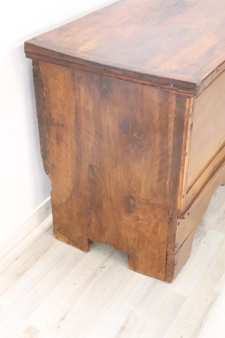 Early 18th Century Italian Solid Walnut Wood Blanket Chest In Excellent Condition For Sale In Bosco Marengo, IT