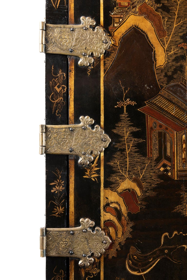 English A Late 18th to Early 19th Century Large Chinoiserie Black Lacquer Cabinet For Sale