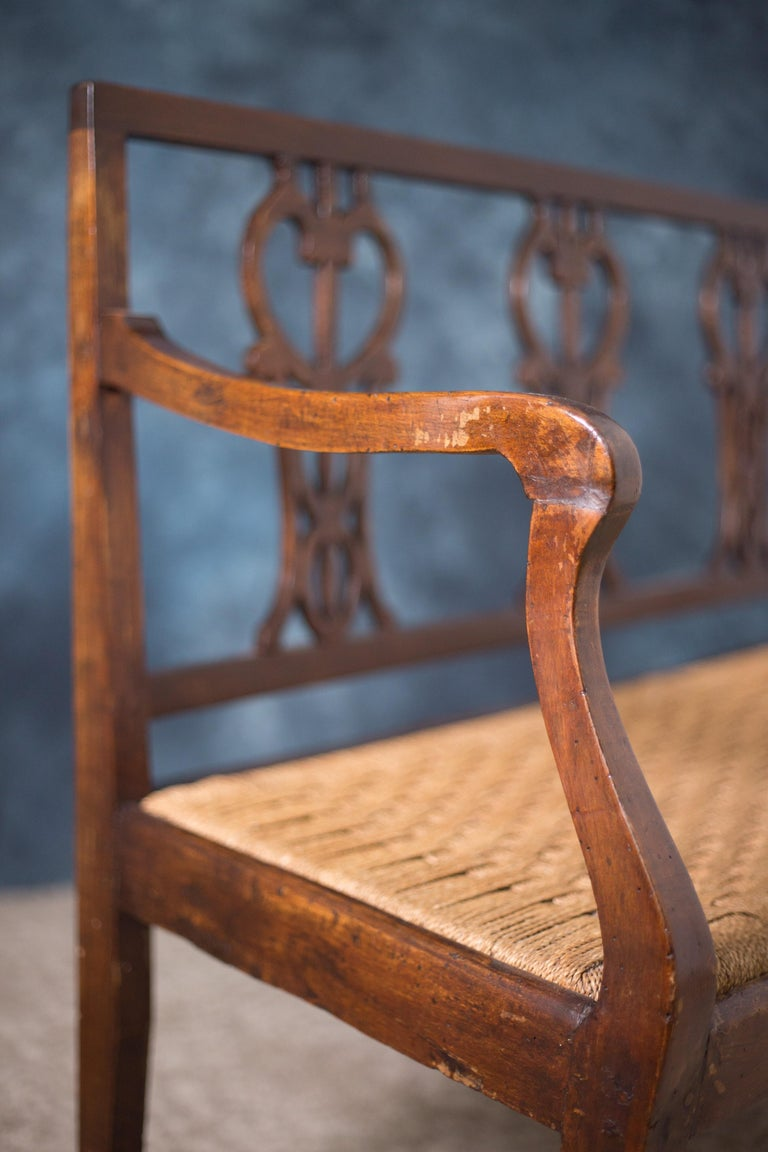 Early 18th Century Walnut Sofa with Straw Seat Louis XVI Tuscany, 1750 In Good Condition For Sale In Paris, FR