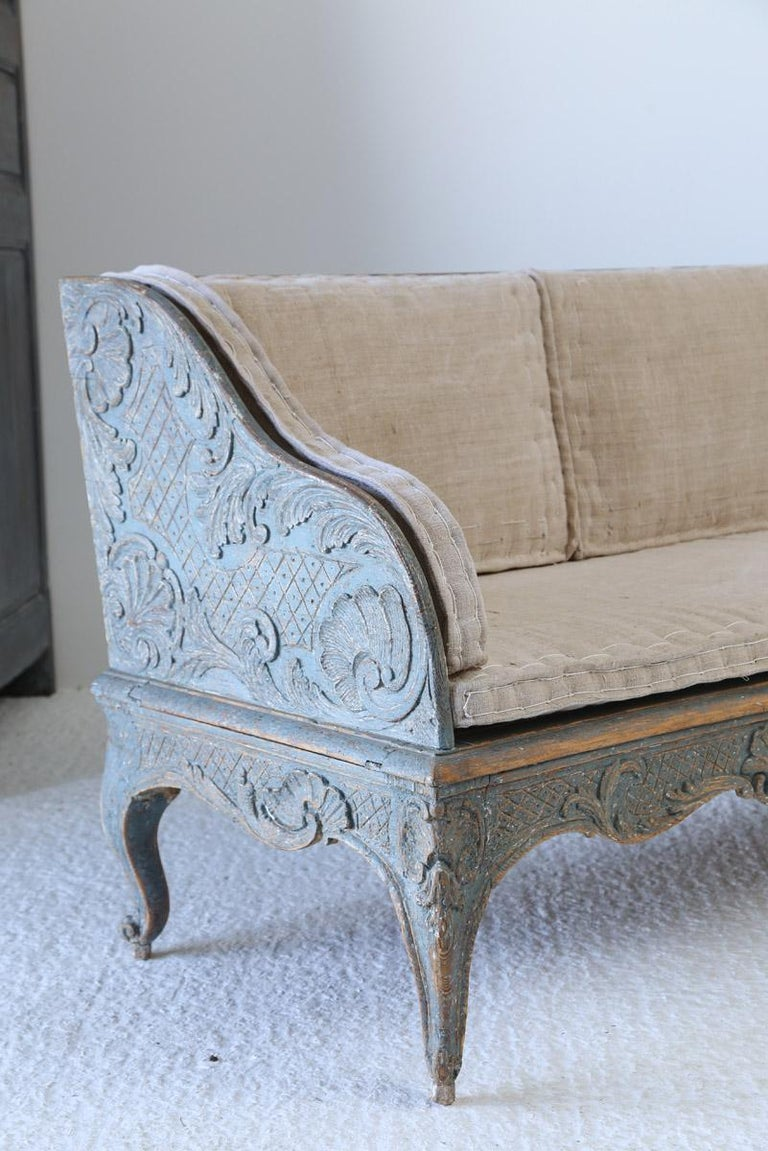 Early 18th Century Swedish Carved Sofa with Original Paintwork In Good Condition For Sale In Poling, West Sussex