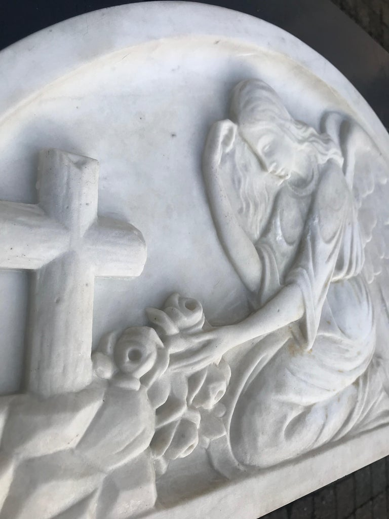 Early 1900 Fine Hand Crafted Marble Wall Plaque with Sculpture of Grieving Angel For Sale 1