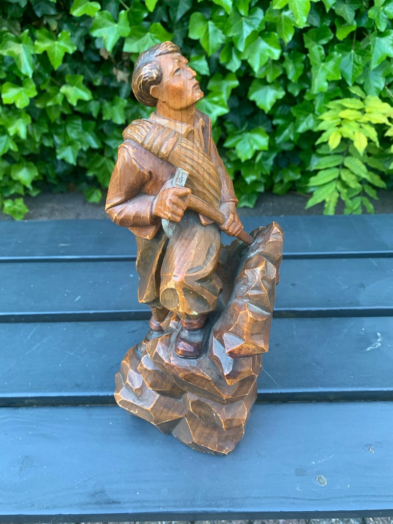 Unique and finely carved sculpture for the mountaineer enthousiasts.  If you are or if you have a friend who is a mountaineering enthousiast then this hand carved mountain climber could be the perfect gift. Realistically executed and all hand carved