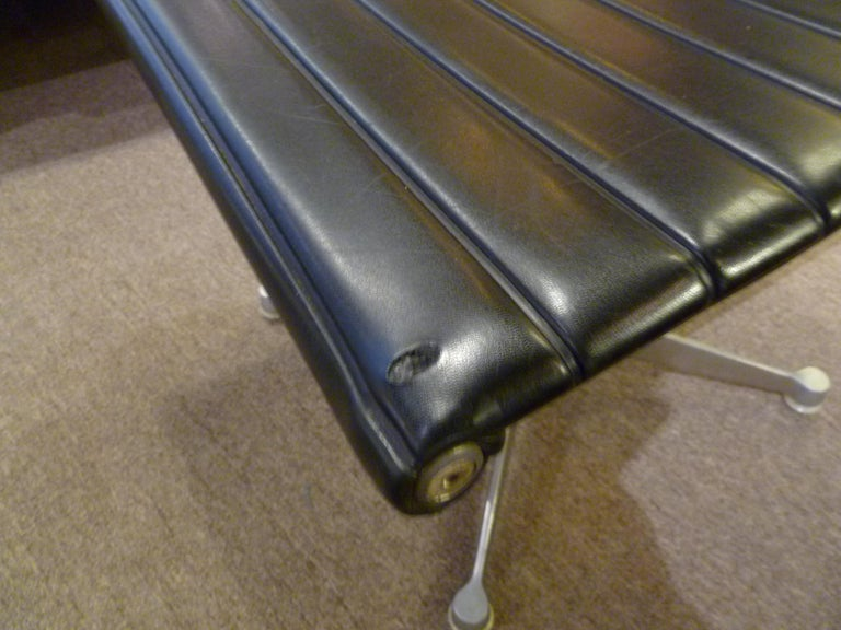 Early 1960s Eames Aluminum Group Lounge Chair and Ottoman For Sale 10