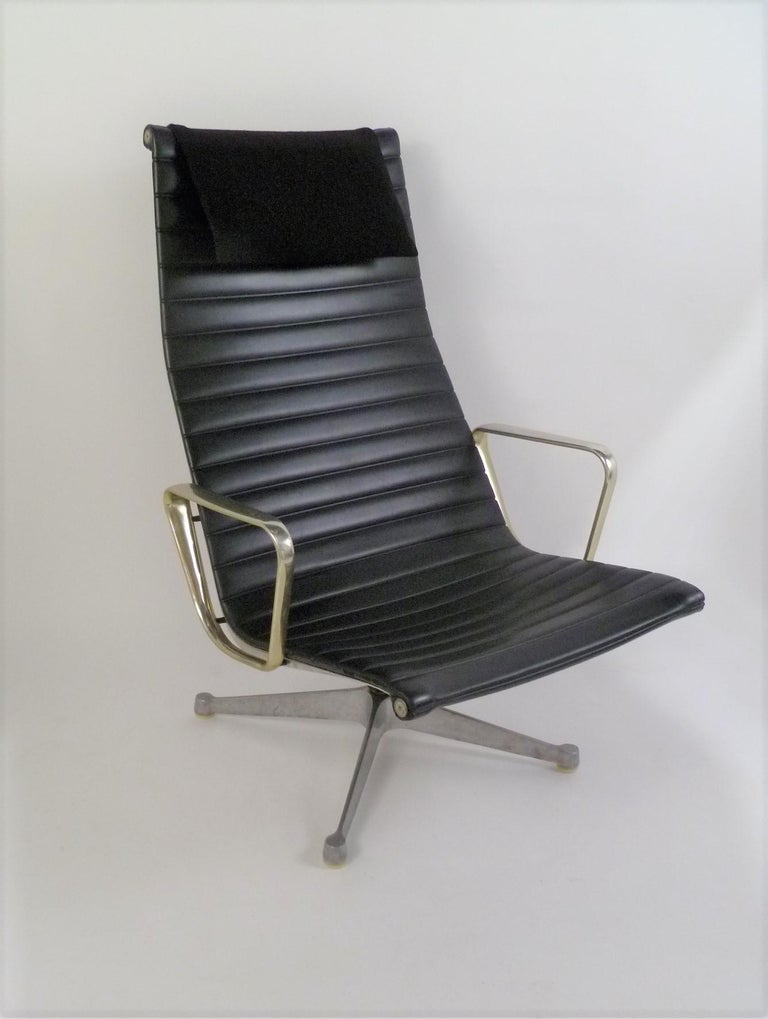 Early 1960s Eames Aluminum Group Lounge Chair and Ottoman In Fair Condition For Sale In Miami, FL