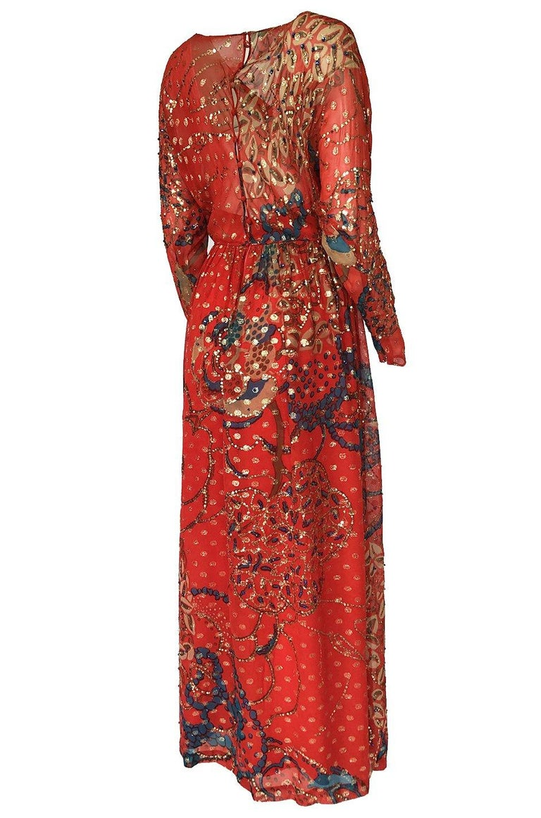 The colors in this dress are amazing and when combined with the gold metallic thread that runs through the silk from top to bottom, the final effect is just beautiful. The exterior is a rich red silk chiffon that has a secondary print of blue and