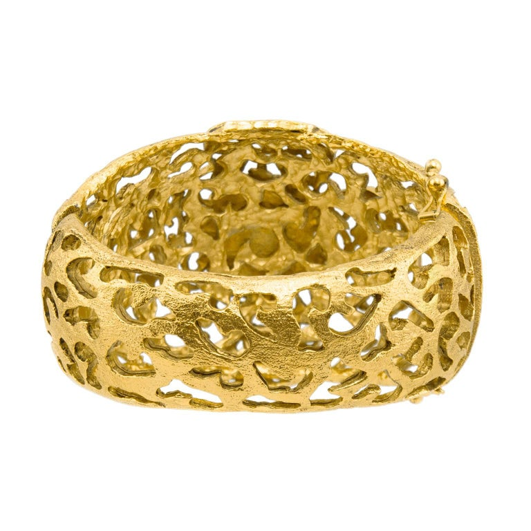 Chanel Gold Tone Filigree Cuff With Emerald Green Poured Glass Stone, Early 1980 In Excellent Condition For Sale In Toronto, Ontario