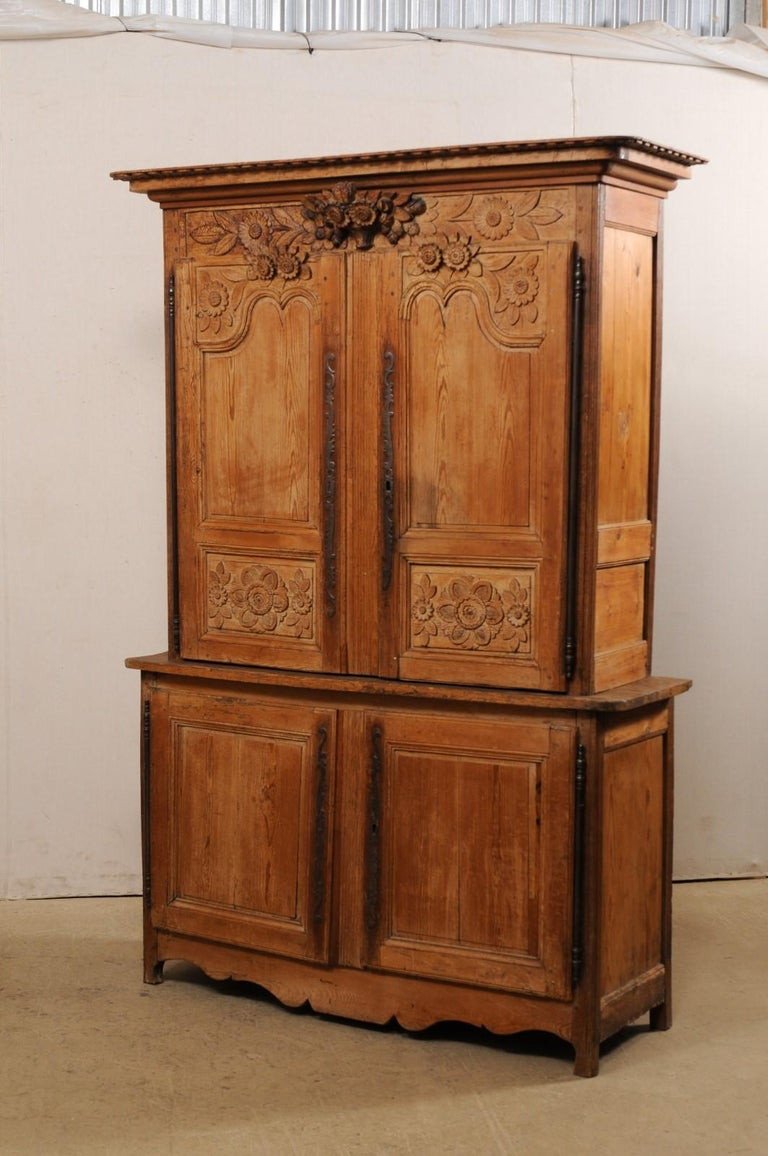 French Buffet à Deux-Corps Adorn with Beautifully Carved Florals For Sale 6