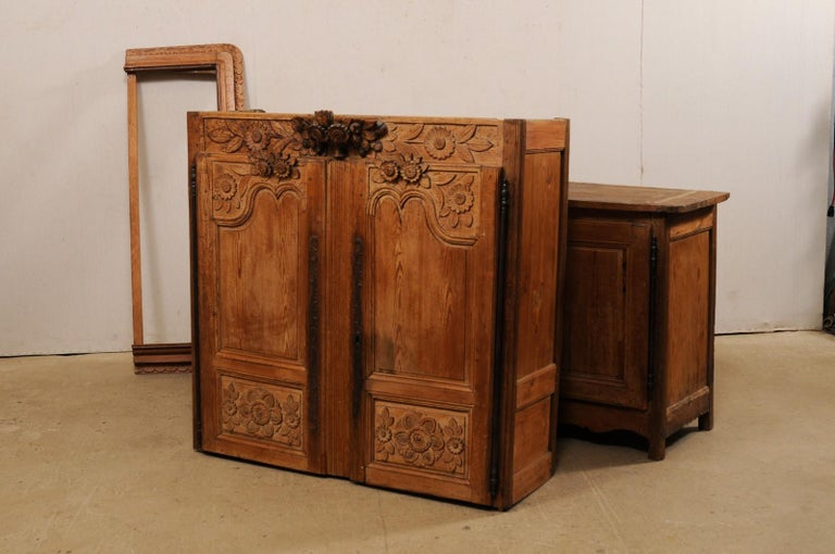 French Buffet à Deux-Corps Adorn with Beautifully Carved Florals For Sale 7
