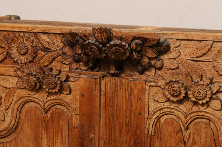 French Buffet à Deux-Corps Adorn with Beautifully Carved Florals For Sale 8