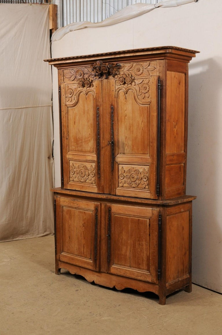French Buffet à Deux-Corps Adorn with Beautifully Carved Florals For Sale 1