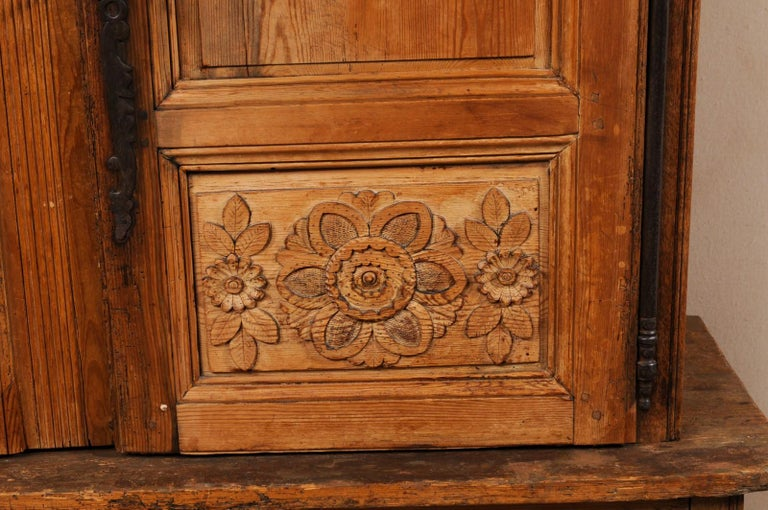 French Buffet à Deux-Corps Adorn with Beautifully Carved Florals For Sale 2