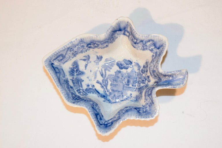 Early 19th Century Adams Leaf Dish In Good Condition For Sale In High Point, NC