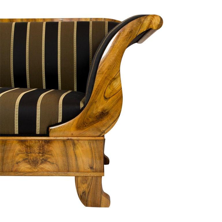 Early 19th Century Biedermeier Walnut Sofa from Germany In Good Condition For Sale In Darmstadt, DE