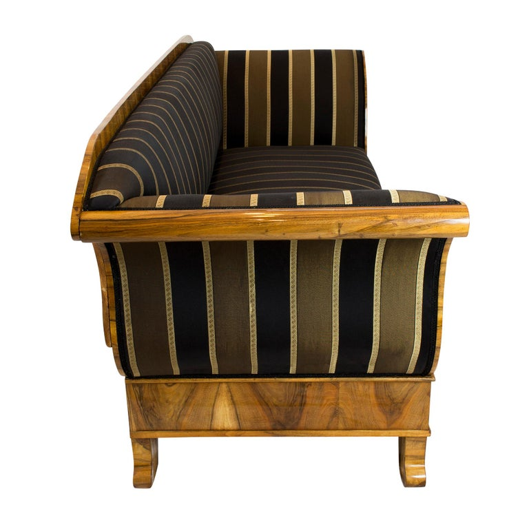 Early 19th Century Biedermeier Walnut Sofa from Germany For Sale 3