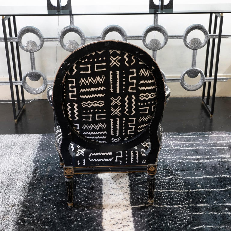 Italian Early 19th Century Black and Gilded Armchair Black and White Ethnic Fabric For Sale