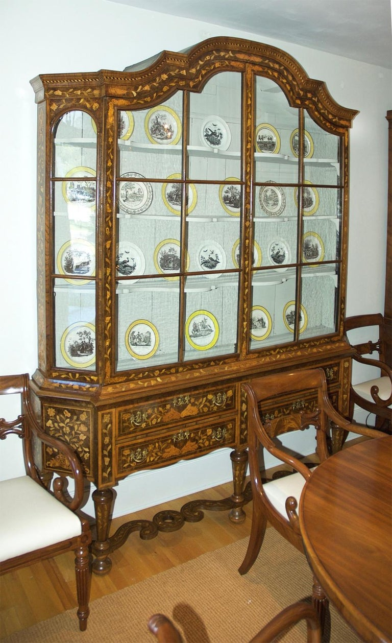 An exceptionally beautiful Dutch kast or display cupboard in mahogany with floral and foliate marquetry inlays in various woods, and original glass, Netherlands, circa 1780-1810. A great display case for a porcelain and/or glass collection with side