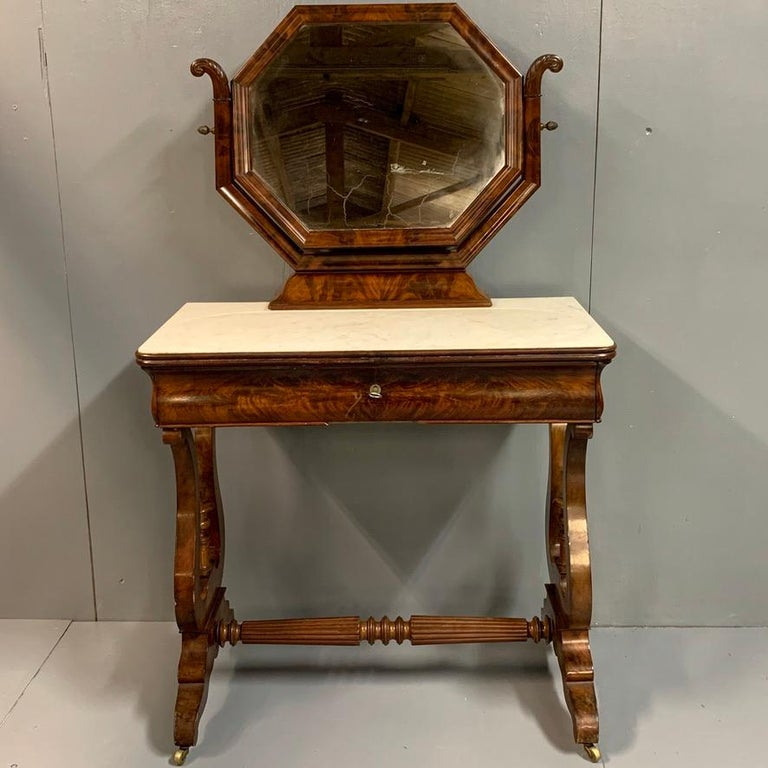 Beautifully made and very good quality English Regency period dressing table with its original mercury mirror glass and Cararra marble top, circa 1830.