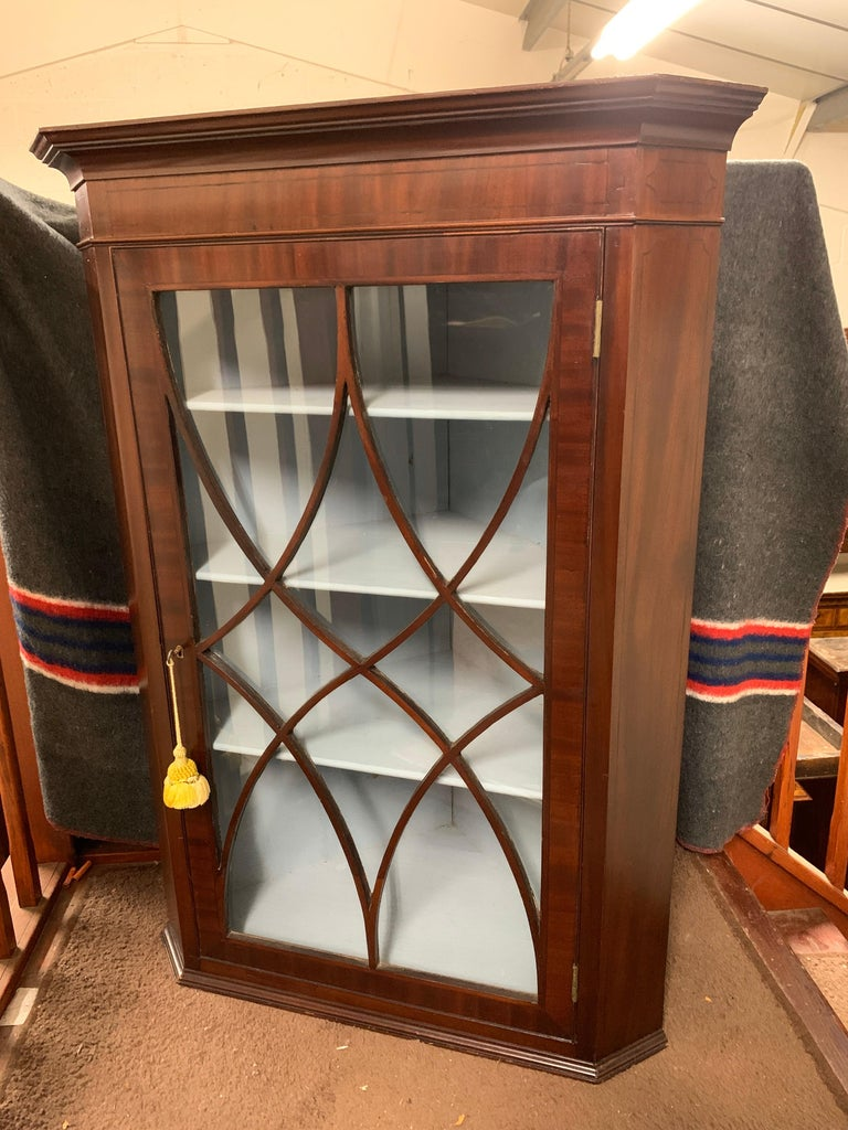 Early 19th Century Mahogany Hanging Corner Cabinet In Good Condition For Sale In Bedfordshire, GB