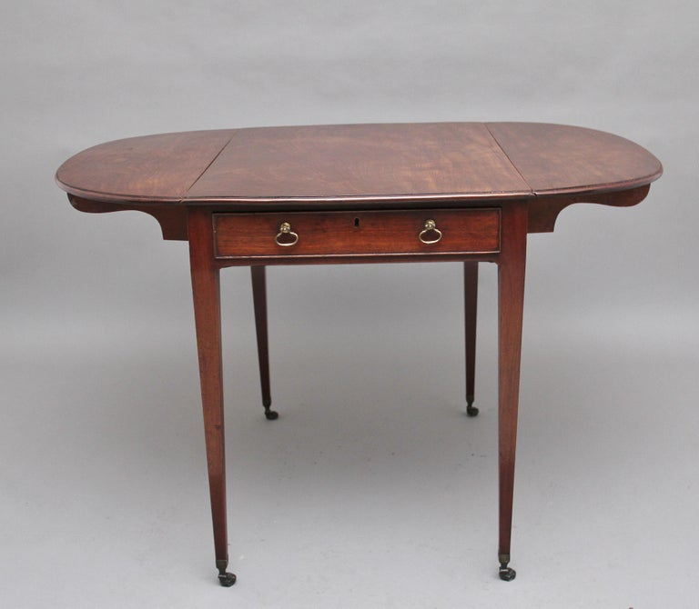 Early 19th Century Mahogany Pembroke Table For Sale 4