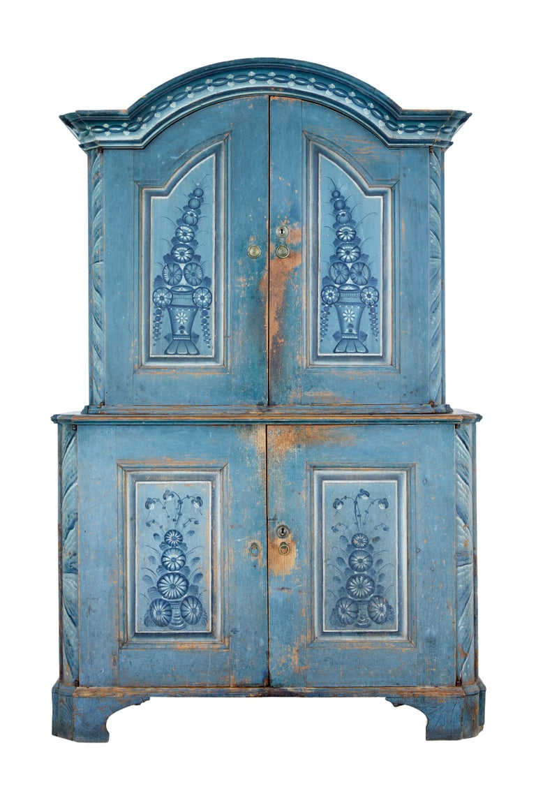 We are pleased to offer this rare piece of traditional furniture circa 1801.  This piece was made and painted in a village called tuna (tuna måleri), close to dalarna and hälsingland. This type of paint work was only done for a period of around 10