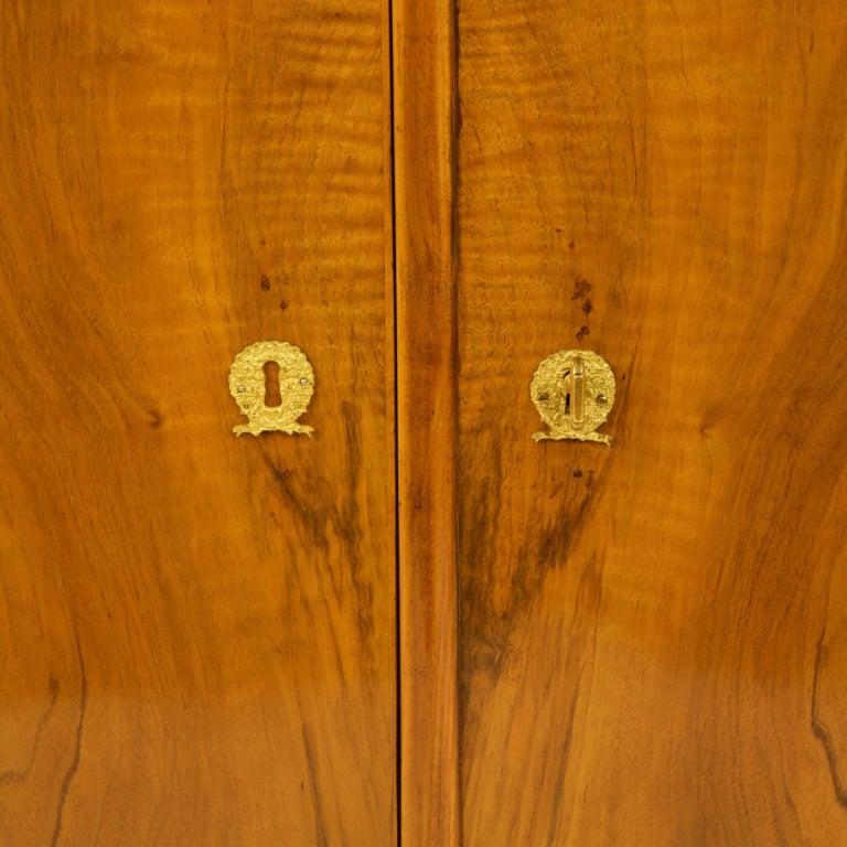 Early 19th Century South German or Austrian Biedermeier Walnut Cabinet Dresser For Sale 4