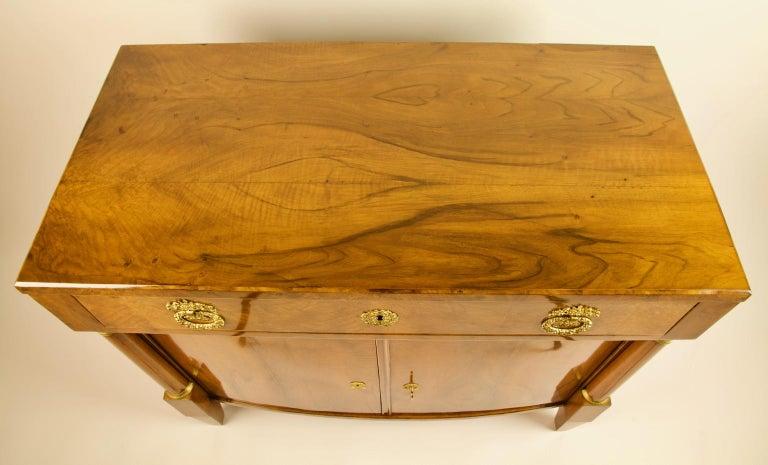 Early 19th Century South German or Austrian Biedermeier Walnut Cabinet Dresser For Sale 5