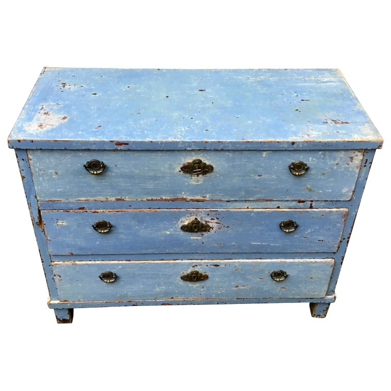 An early 19th century Swedish chest of drawers with its scraped old blue color. The simplicity of the Scandinavian Folk Art style