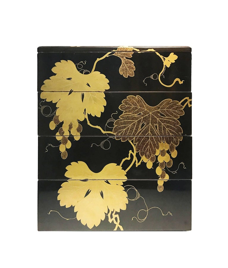 Early 19th Century, Bento Box with Grapes Design, Edo Period, Art of Japan In Good Condition For Sale In Hong-Kong, HK
